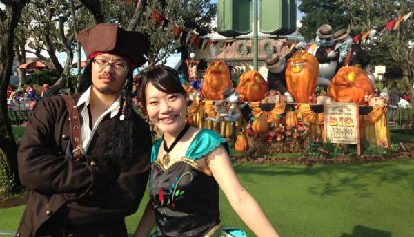 ハロウィンには仮装しちゃうくらい、ディズニーが大好きです。(写真左が私、右は妻です)